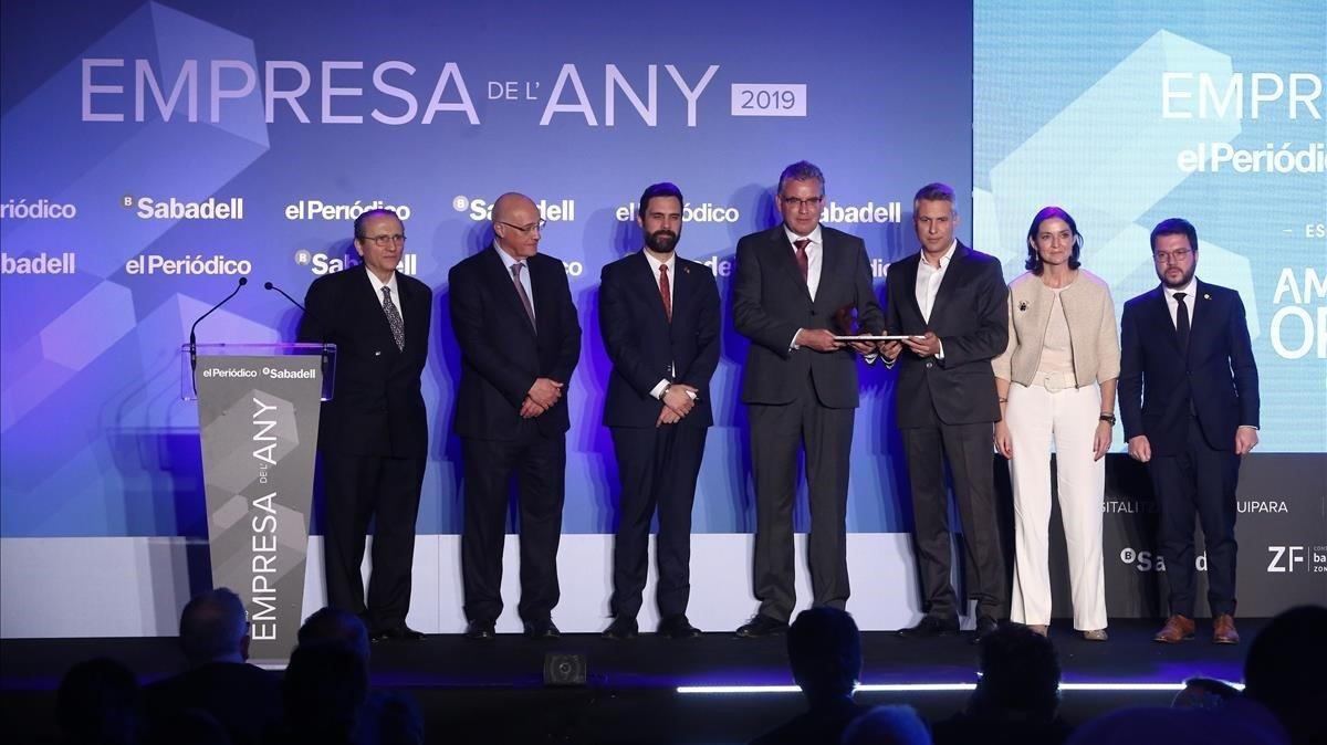 Josep y Jordi Ametller reciben el galardón de Empresa del Añoentregado por Reyes Maroto, Pere Aragonés, Javier Moll y Josep Oliu.