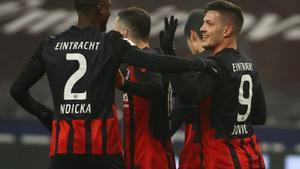 Jovic, felicitado por N'Dicka tras uno de sus dos goles al Schalke 04.