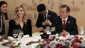 Ivanka Trump y el presidente surcoreano, Moon Jae-in, en la cena en la Casa Azul, en Seúl, el 23 de febrero.