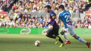 Messi, perseguido por Marc Roca en una acción del derbi.