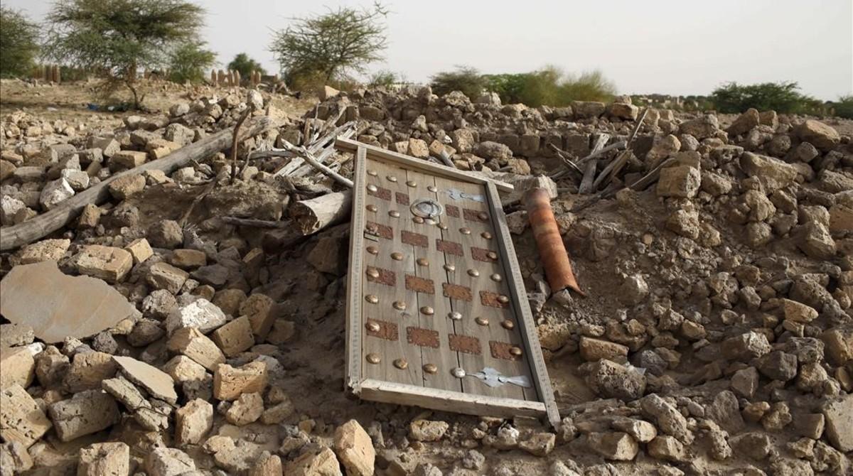 Los escombros del antiguo mausoleo destruido por militantes islamistas en Tombuctú.