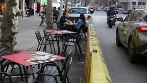 Una terraza de la calle de Bailèn ganada a la calzada.