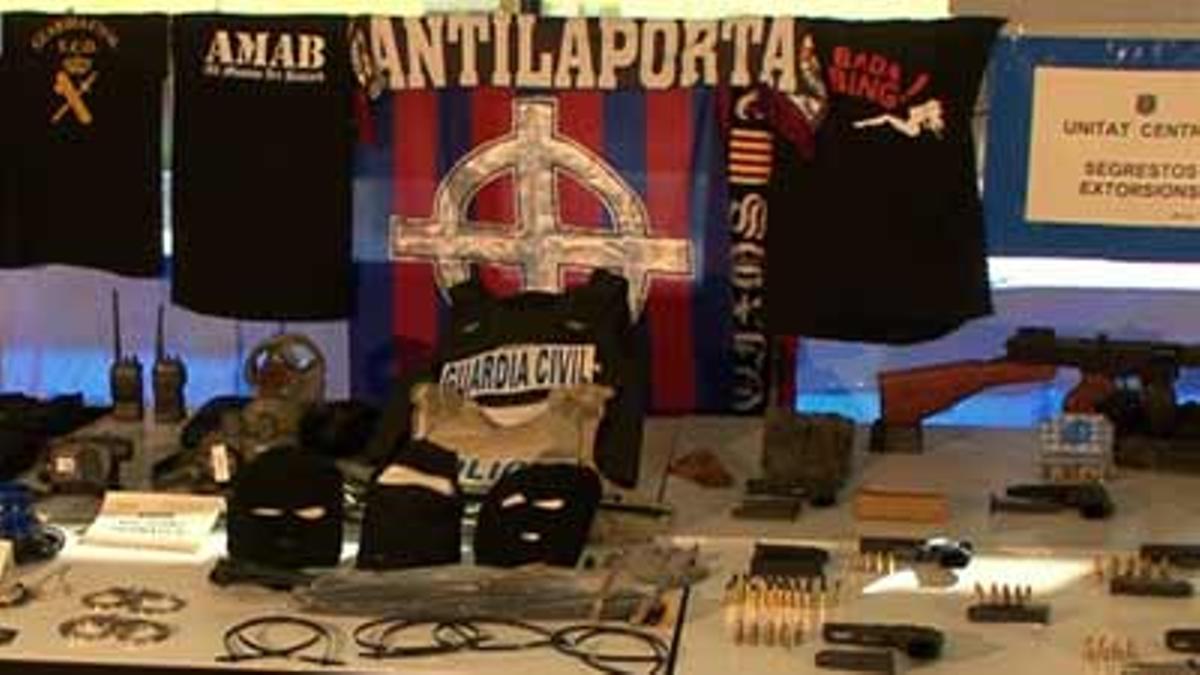 Los miembros de los 'Casuals', el grupo más violento de los 'Boixos Nois', detenidos en febrero por extorsión y tráfico de drogas, disponían de un arsenal de armas y cientos de billetes.