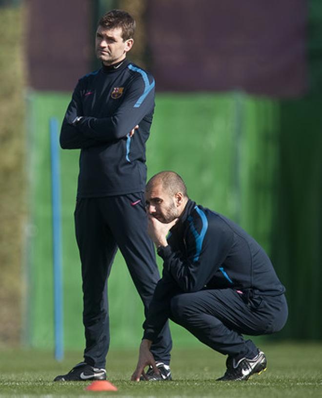 Vilanova, de pie, y Guardiola, observan el entrenamiento del Barça en Sant Joan Despí.