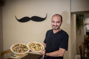 Éric Luthringer, de Messié Sin Gluten, con 2 de las 18 pizzas que sirve en su restaurante.