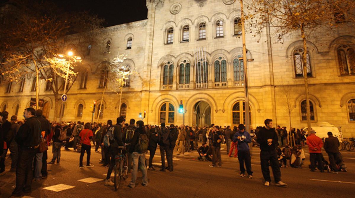 Alrededor de 300 jóvenes se han concentrado en torno a la Universitat de Barcelona para celebrar una asamblea y pasar la noche.