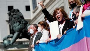 La presidenta de la Plataforma Trans, Mar Cambrollé, encabeza una protesta para reclamar la aprobación de la Ley trans, el pasado marzo.