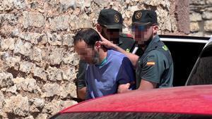 El hijo de la mujer muerta, custodiado por la Guardia Civil.