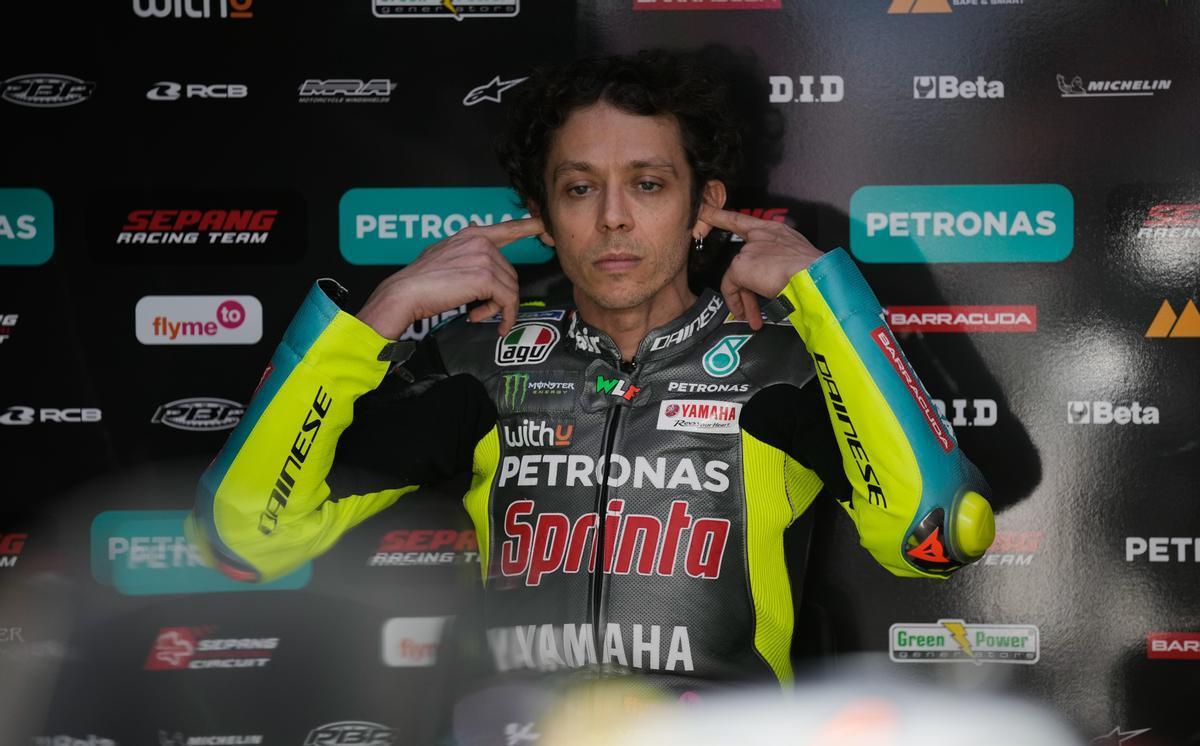 Valentino Rossi se prepara para salir a pista, en Catar.