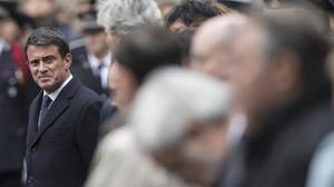 Manuel Valls asiste a una ceremonia por el policía asesinado en los Campos Elíseos.