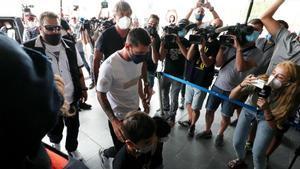 Messi se va de Barcelona. Mientras, en París, cientos de fans se congregan frente al aeropuerto.