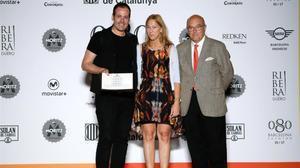 Miquel Suay, el ganador del Premio Nacional a la Mejor Coleccion, posa este viernes con el galardón junto ala consellera Neus Munté y el director del 080, Miquel Rodríguez.