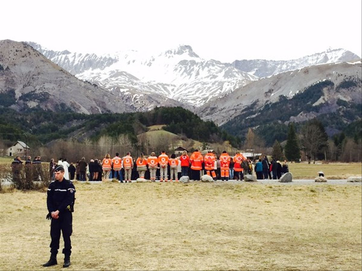 Una imagen de la celebración en Le Vernet, ante el monolito en memoria de las víctimas de la tragedia aérea.