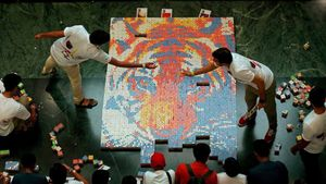 Un mosaico de un tigre de bengala hecho con 1.200 cubos de rubik.