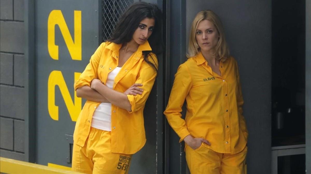 Las actrices Alba Flores y Maggie Civantos,en el plató de la serie 'Vis a vis'.