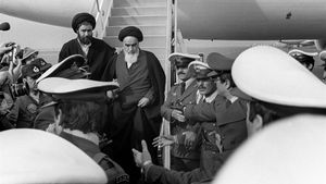 Momento en que Jomeini pisa tierra iraní el 1 de febrero de 1979 tras 14 años de exilio.