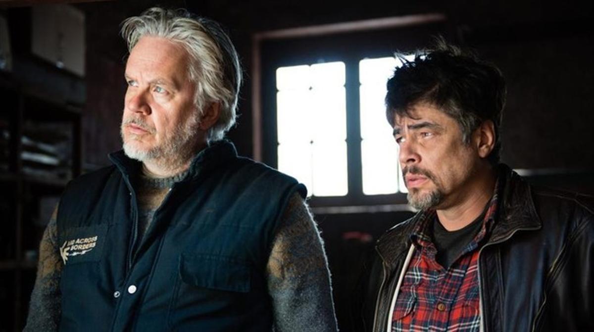 Tim Robbins y Benicio del Toro, en una imagen de 'Un día perfecto'.