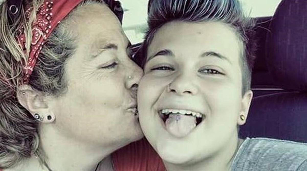 Alan, el menor que se quitó la vida, con su madre.