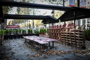 Un restaurante cerrado en los Campos Elíseos de París.