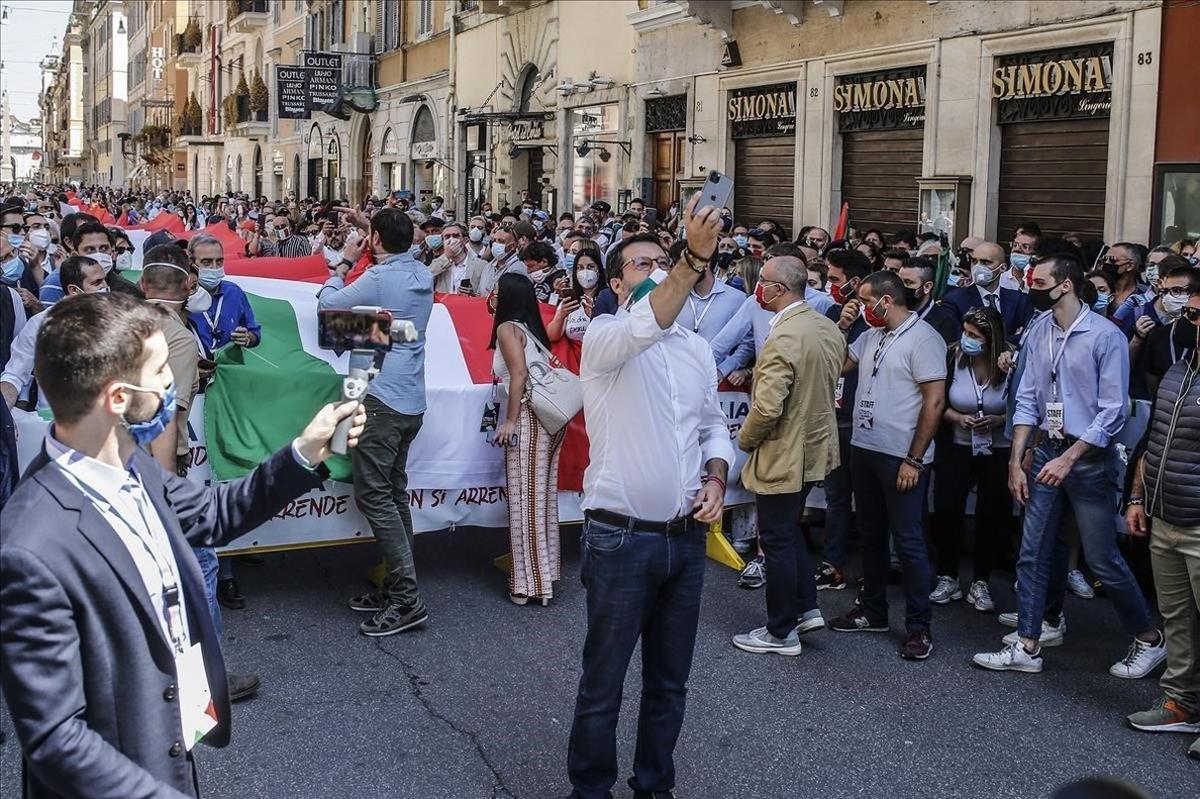 Salvini se hace una foto junto a sus seguidores, en la marcha de Roma.