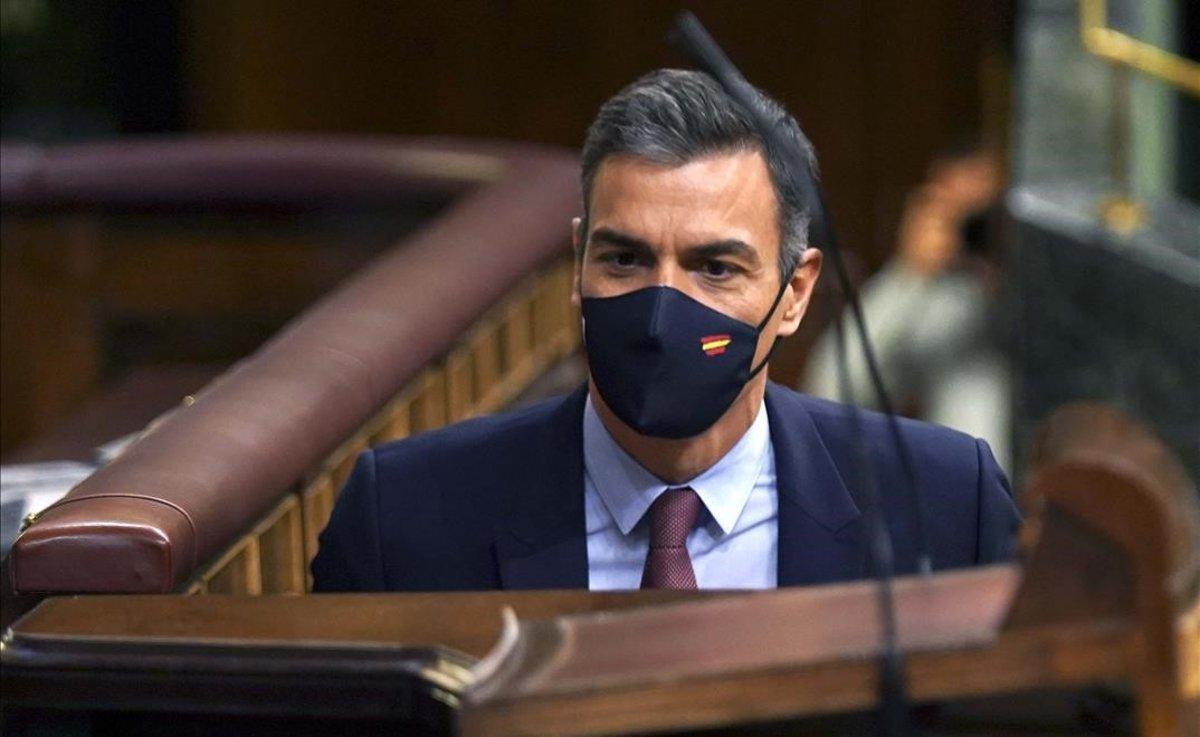 Pedro Sánchez se dirige al estrado durante la moción de censura.