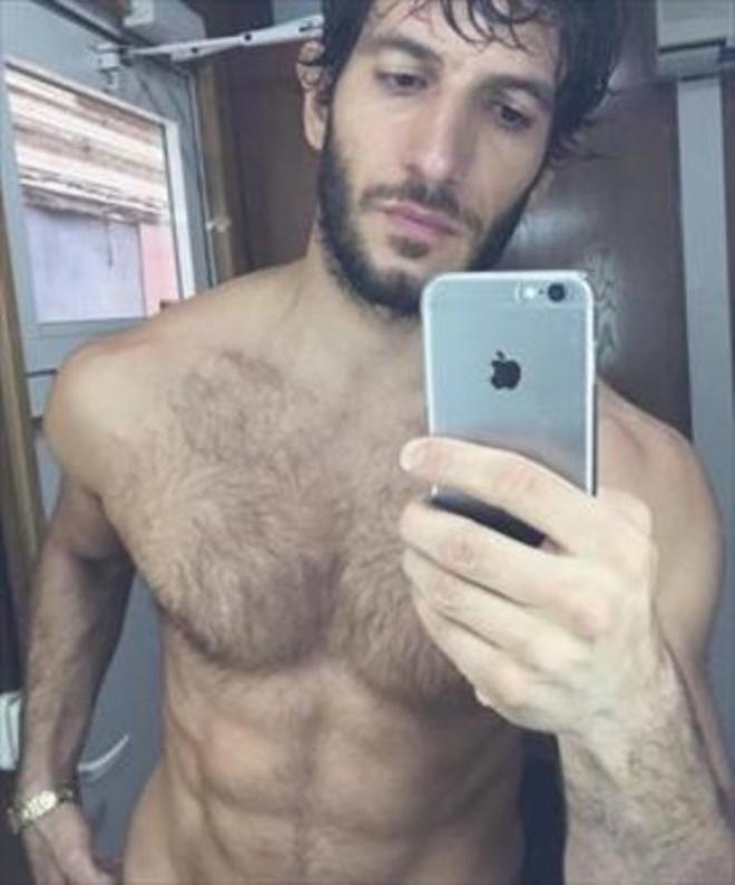 Quim Gutiérrez presume de torso y de abdominales