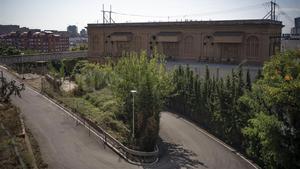 Fachada lateral del edificio del tranfsormador de la Torrassa, el único espacio del barrio que queda sin urbanizar.