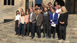 Jaume Collboni, Marina Espasa y los beneficiarios de las becas, en la plaza del Rei.
