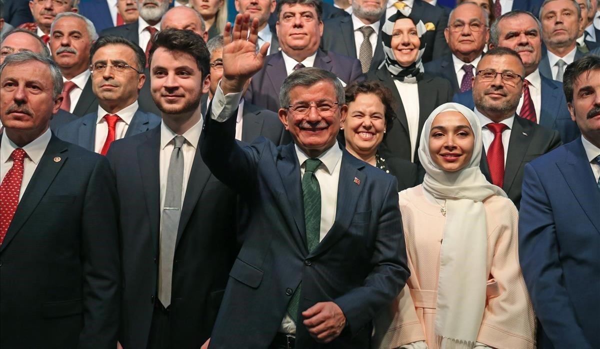 El antiguo primer ministro turco Ahmet Davutoglu (primera fila, en el centro), en la presentación de su nuevo partido, en Ankara.