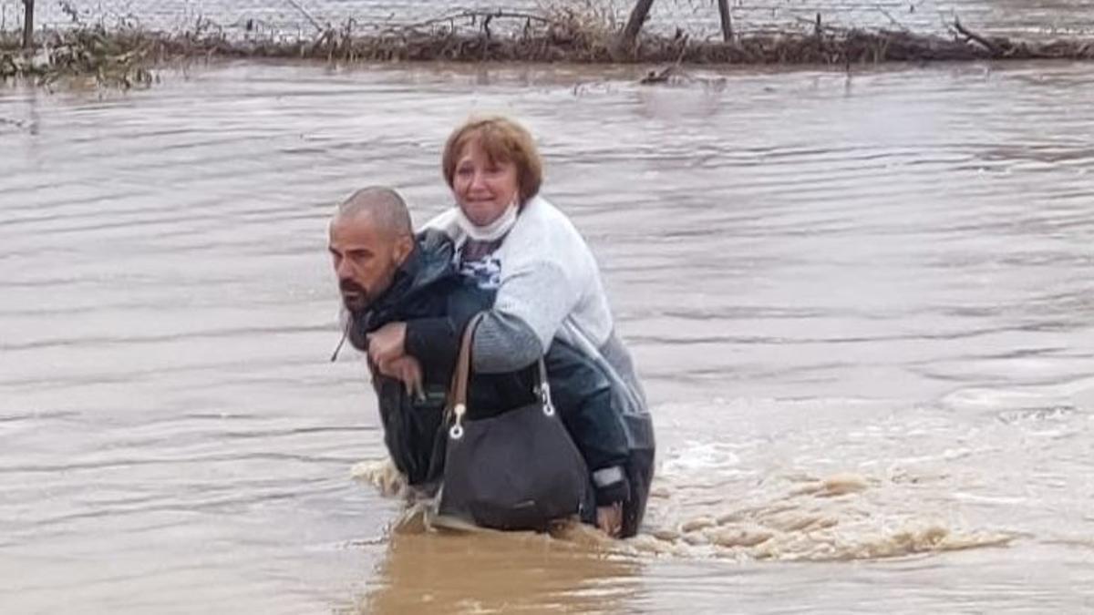 Rescate de pasajeros de autobús bajo el temporal en Cartaya (Huelva)