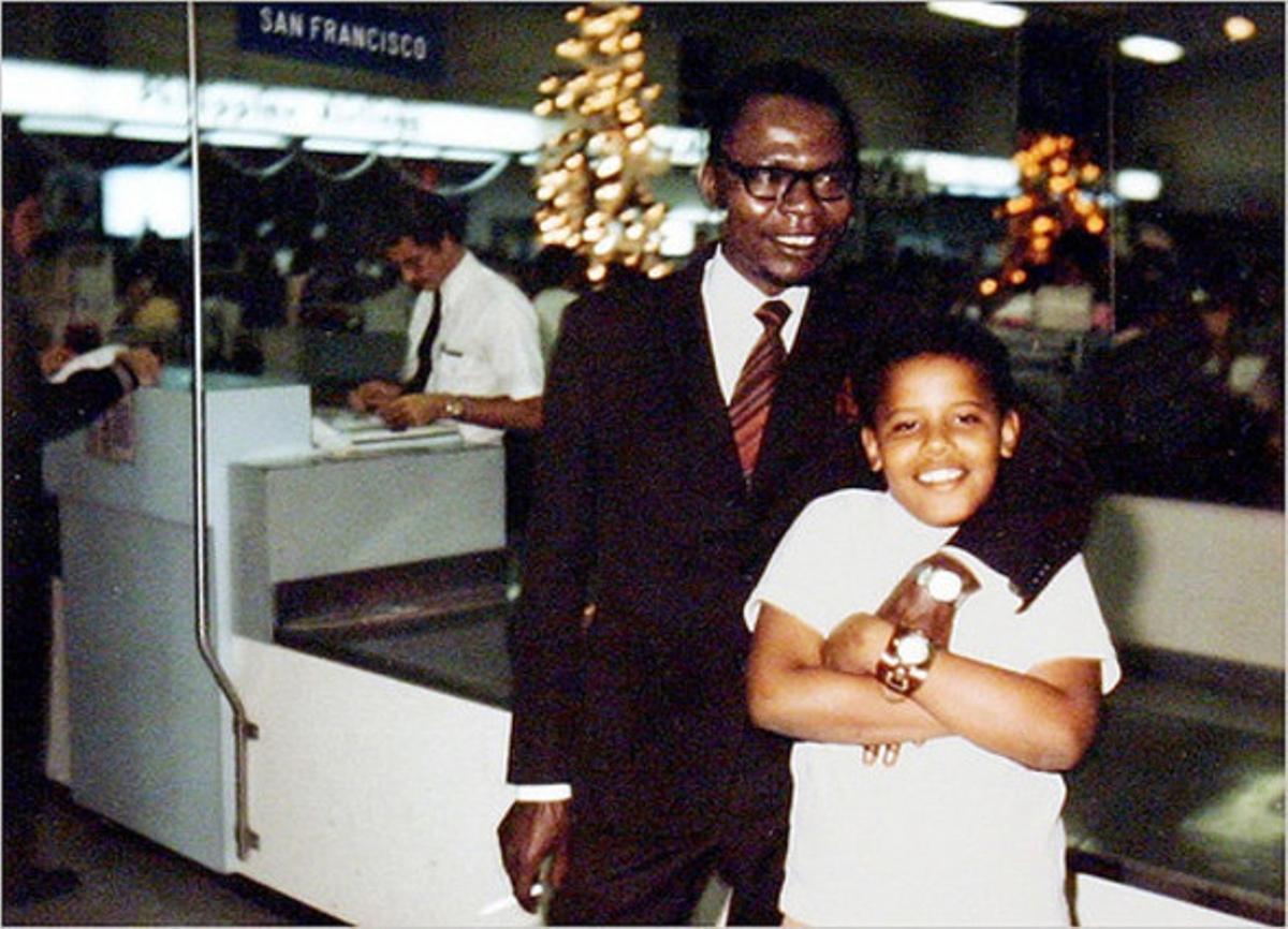 Barack Obama junto a su padre en el aeropuerto de Honolulu, Hawái,en 1971.