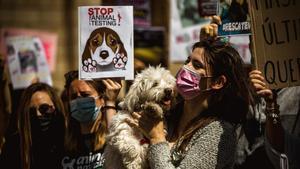 Protesta en Barcelona contra el maltrato animal y las pruebas en animales.