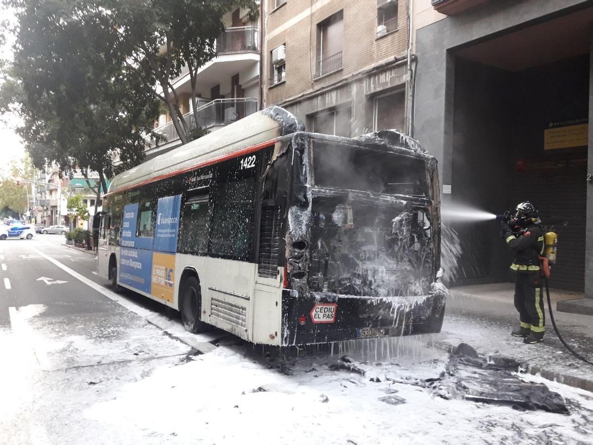 Un bombero, en la extinción del autobús.