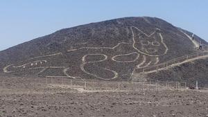 El gato de 37 metros de largo hallado en la Pampa de Nazca, en Perú.