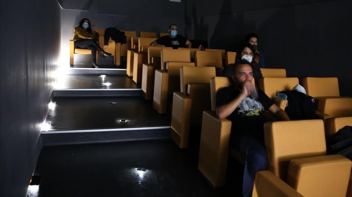 En Video Instan (Viladomat239)tienen una mini sala de cine que puedes alquilar.