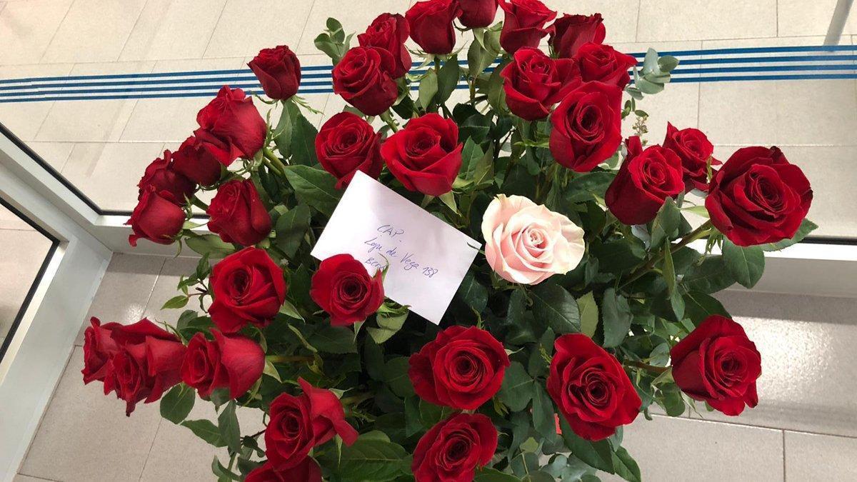 Rams de flors anònims per agrair la tasca dels sanitaris