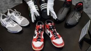 Un par de las famosas zapatillas Air Jordans, de la leyenda del baloncesto Michael Jordan, que saldrán a subasta.
