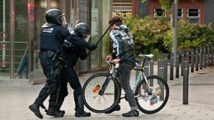 El momento en que los mossos golpean al joven.