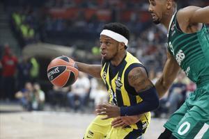El base del Fenerbahçe Ali Muhammed intenta superar a Davies, del Zalgiris