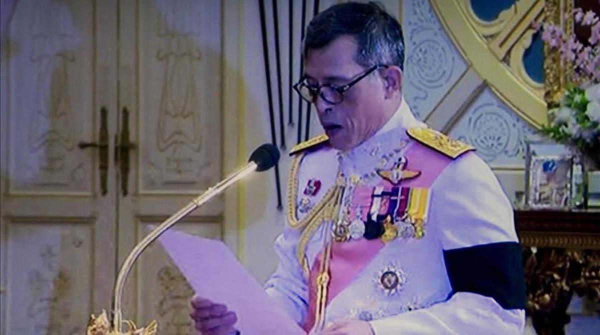 Captura de vídeo del momento en que Vajiralongkorn responde a la invitación para ascender al trono, pronunciada por el presidente de la Asamblea Legislativa, en Bangkok, este jueves.
