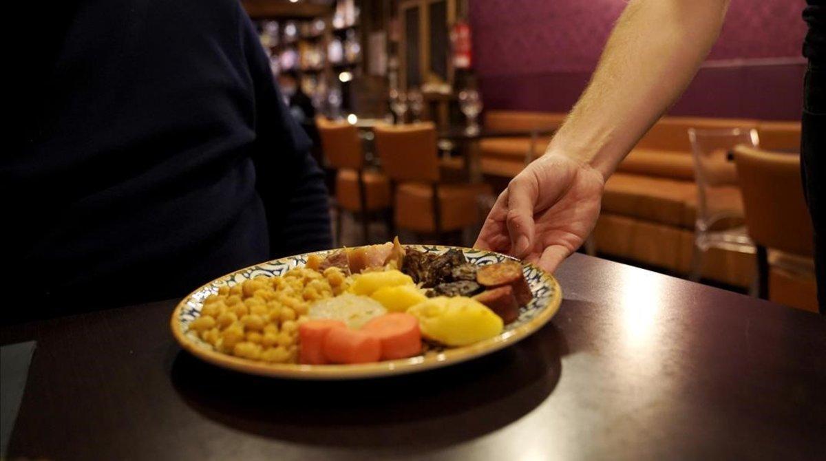 Un plato de cocido en un céntrico restaurante de Madrid.