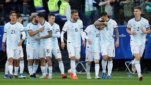 Los jugadores argentinos celebran el primer gol del partido, obra de Sergio Agüero.