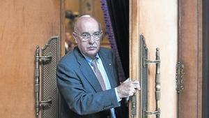 El 'conseller' de Salut, Boi Ruiz, sale del hemiciclo del Parlament, el pasado 30 de abril.