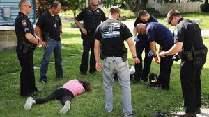 Trabajadores sanitarios y policías atgienden a una víctima de una sobredosis de heroína, en Warren, Ohio, el pasado 14 de julio.