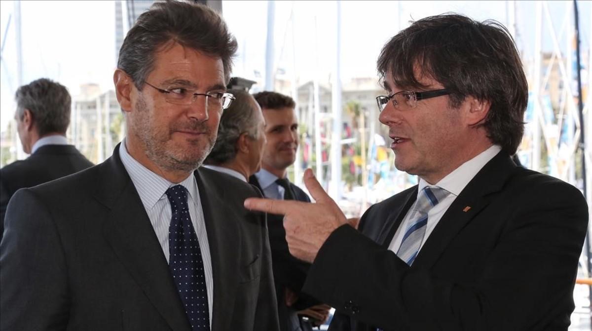 Rafael Catalá y Carles Puigdemont, este viernes, en Barcelona.