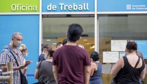 Reclamaciones por la dificultad en el cobro de las ayudas del Sepe en la oficina de públicas de empleo, en la calle Sepúlveda de Barcelona.