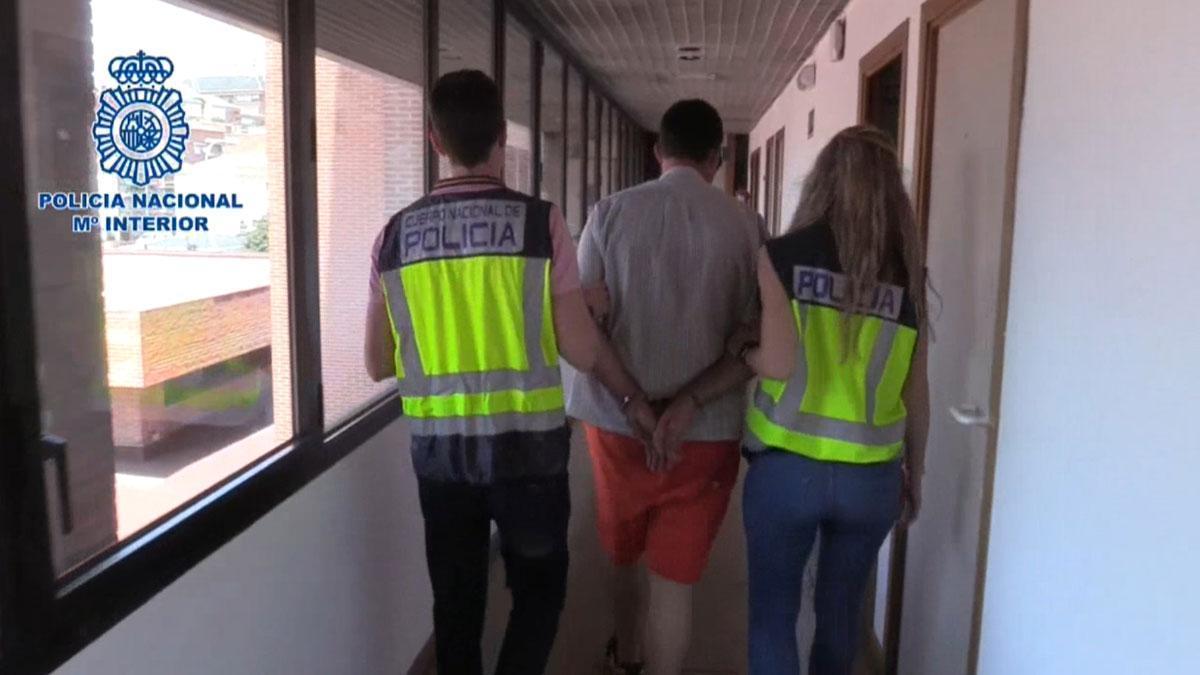 Un hombre mata a su mujer a martillazos en Córdoba y se entrega a la Policía en Madrid.