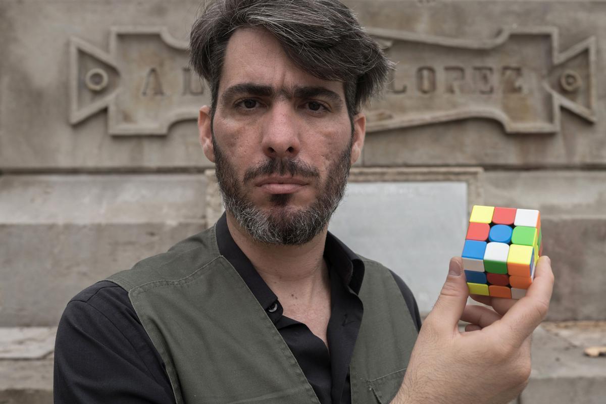 Levi Orta, con el cubo de Rubik frente al pedestal de Antonio López.