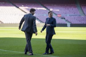 Piqué y Bartomeu, en el césped del Camp Nou en la penúltima renovación del central.