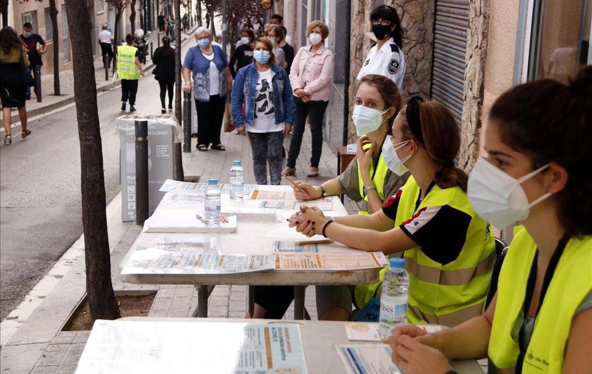 Colas para realizarse PCR en el barrio barcelonés de Trinitat Vella.